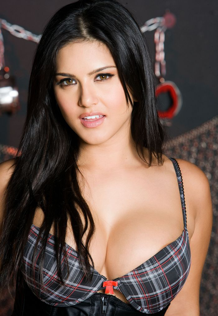 Sunny Leone showing off mouth-water cleavage!